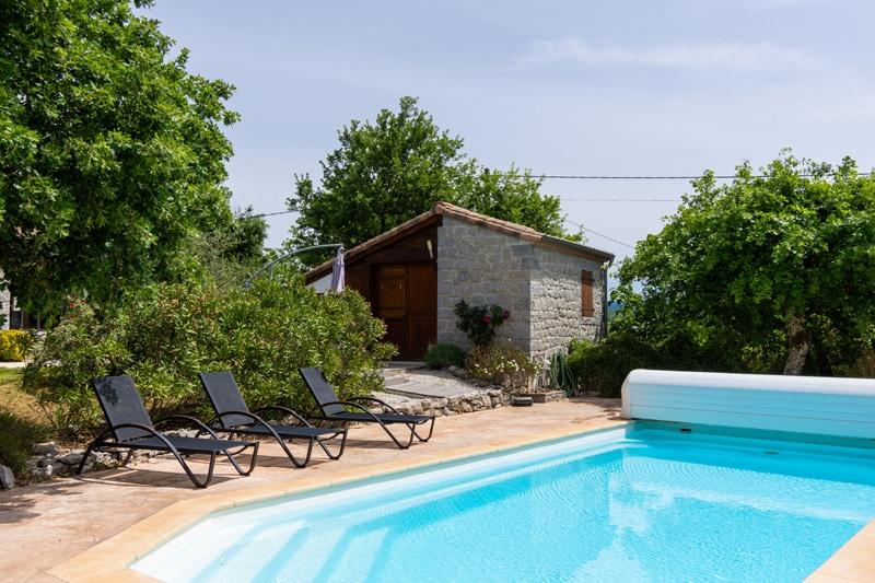 Vue sur bastidon depuis piscine Bastide de Peyroche, Aleks Kinsky pour JLF Agency